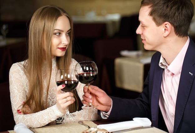 高級レストランでワイングラスを乾杯するカップル Premium写真