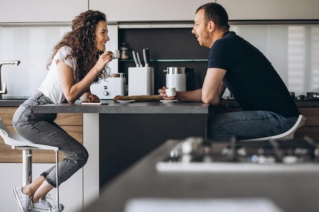 Пара вместе на кухне пьют кофе Бесплатные Фотографии
