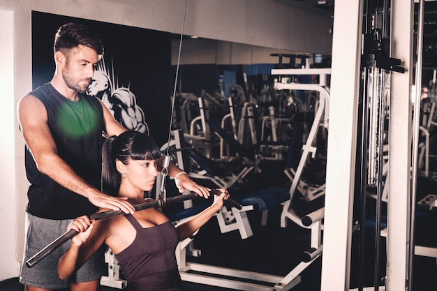 Couple training in gym Free Photo