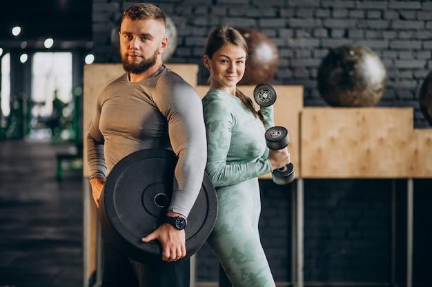 Пара тренируется вместе в тренажерном зале Бесплатные Фотографии