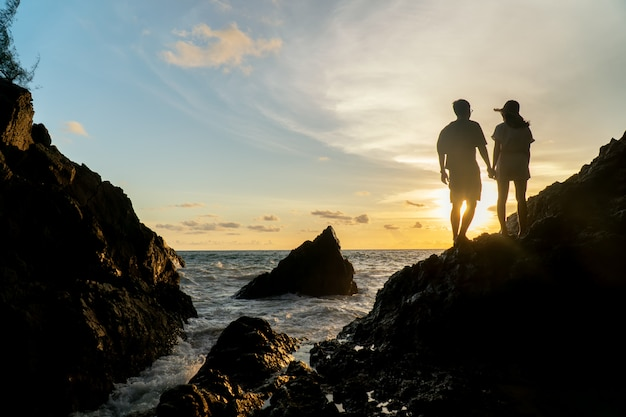 Couple travel on beach sunset Premium Photo