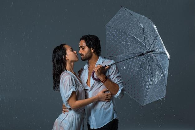 雨の下でのカップル Premium写真