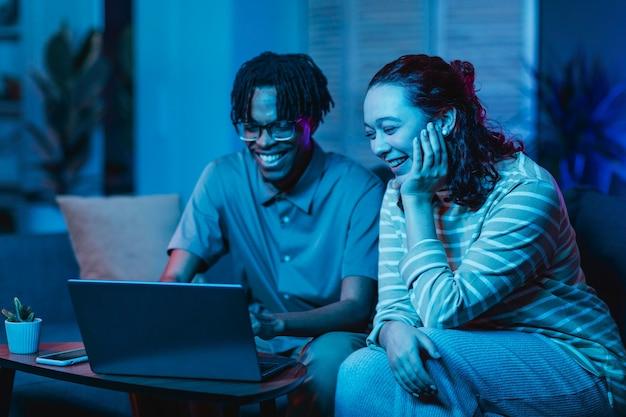 함께 집에서 소파에 노트북을 사용하는 커플 무료 사진
