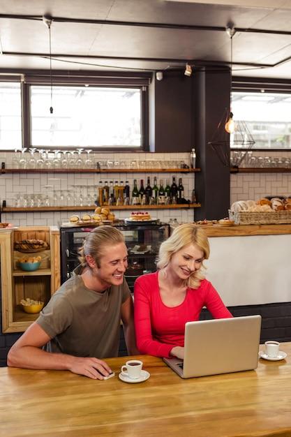 Couple using a laptop Premium Photo