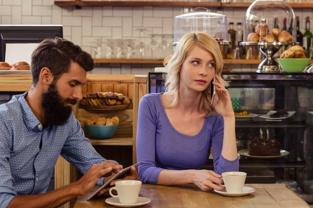 Couple using smartphones with a phonecall Premium Photo