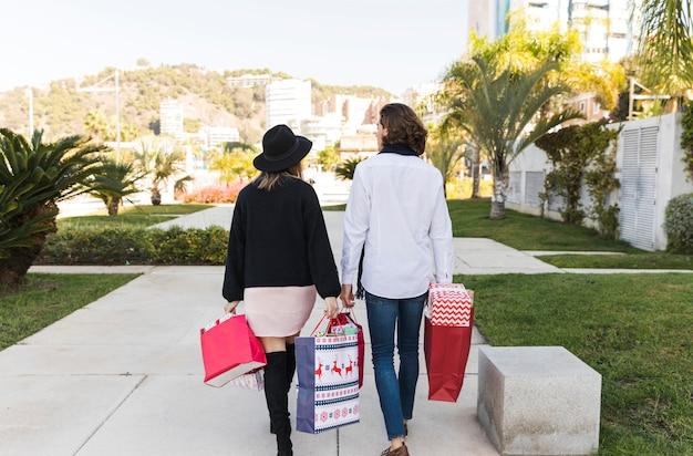 Пара ходить в парке с сумок Бесплатные Фотографии