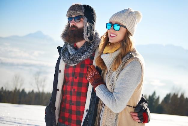 雪の中を歩くカップル 無料写真
