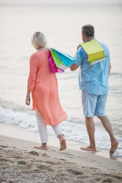 Пара прогулки по пляжу после отдыха Premium Фотографии
