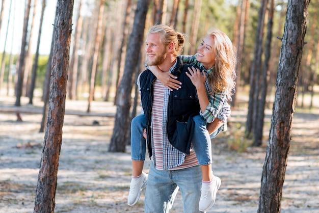 Coppie che camminano nel bosco Foto Gratuite