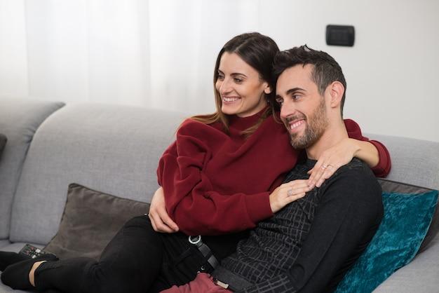 Пара смотрит телевизор вместе Premium Фотографии