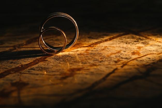 오래 된 대리석 질감에 커플 결혼 반지 프리미엄 사진