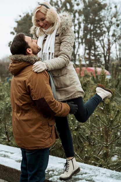 Coppia in inverno essere felice Foto Gratuite