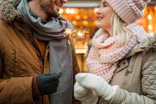 Coppia in inverno indossando giacche e sciarpe Foto Gratuite