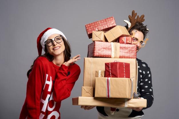 Пара со стопкой удивительных рождественских подарков Бесплатные Фотографии