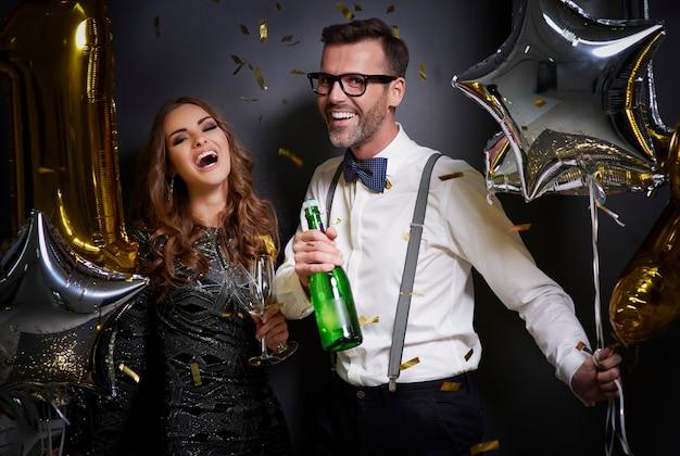 Пара с шампанским и бокалами смеясь Бесплатные Фотографии