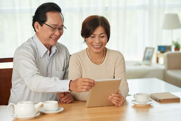 Couple with digital tablet Free Photo