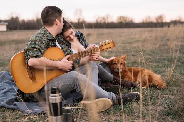 ギターと犬をカップルします。 無料写真