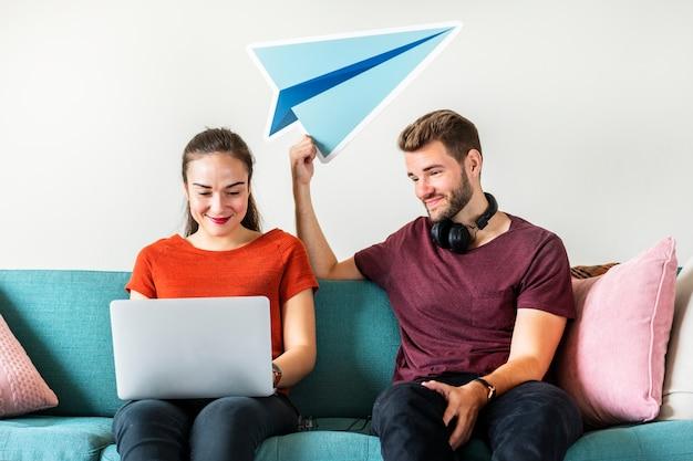 Couple with paper plane icon Premium Photo