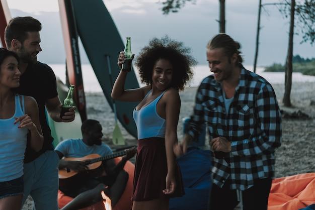 Couples dance on beach. afro american guitarist. Premium Photo