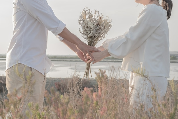 Couples who get married use flowers as the mind Premium Photo