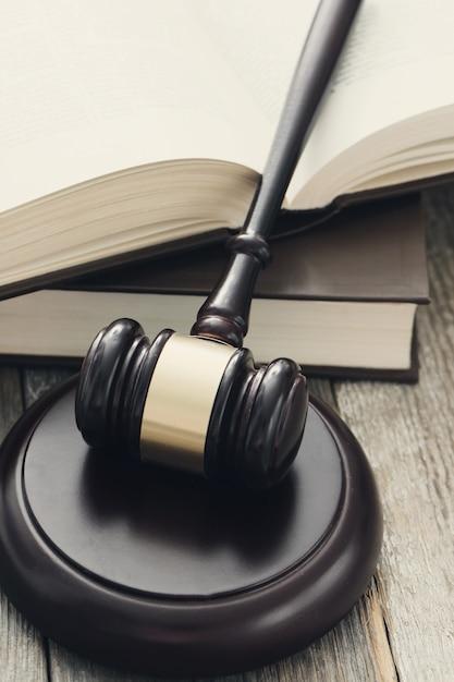 Придворный молоток и книги. концепция суждения и права Бесплатные Фотографии