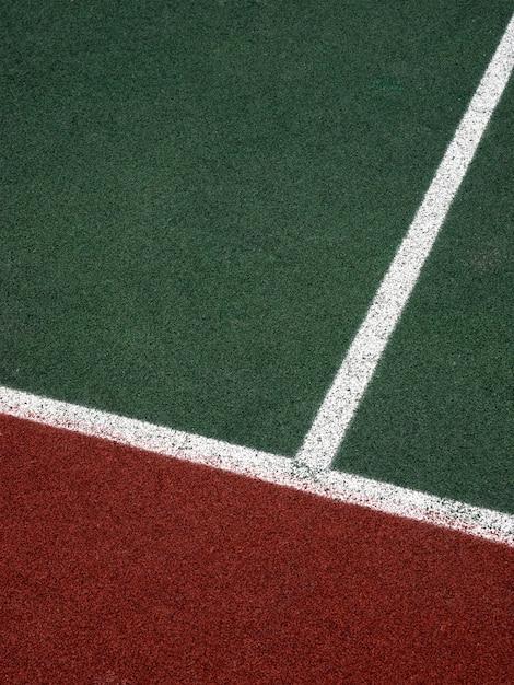 Корт с белыми, зелеными и коричневыми полосами, фон минимализм Premium Фотографии