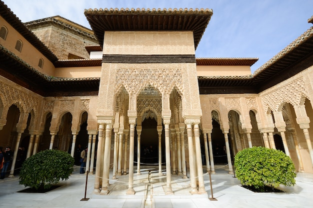 Courtyard of the lions in alhambra Free Photo