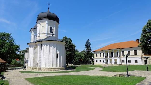 公園内の修道院の中庭 無料写真