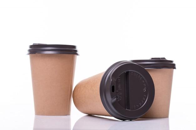 覆われた紙のコーヒーカップの異なるサイズの白で隔離 無料写真