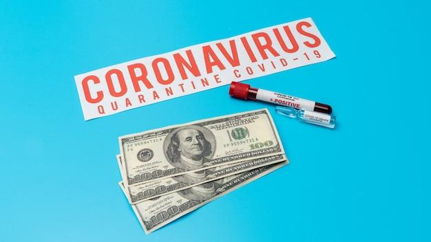 Covid 19 коронавирусная вакцина, зараженный образец крови в пробирке, вакцина и шприц для инъекций используется для профилактики, иммунизации и лечения от covid-19 на доллары сша, медикаментозный бизнес Premium Фотографии
