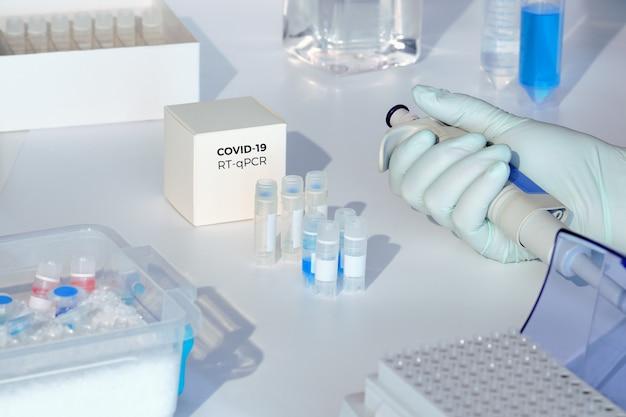 Тест-набор для обнаружения нового коронавируса covid-19 в образцах пациентов. набор rt-pcr позволяет преобразовывать вирусную рнк covid19 в днк и амплифицировать специфическую последовательность 2019-ncov в пике кодирования вирусного гена. Premium Фотографии