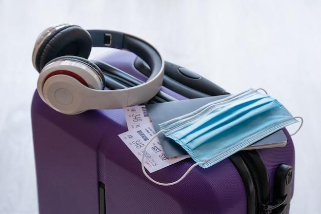 Ограничение на поездки covid-19 из-за использования обязательной маски вируса короны на рейсах самолетов в европу Premium Фотографии