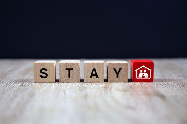 Оставайтесь дома текстовые иконки на деревянных игрушек блок. концепции для здоровья и медицинской профилактики коронавируса или covid-19 инфекции. Premium Фотографии