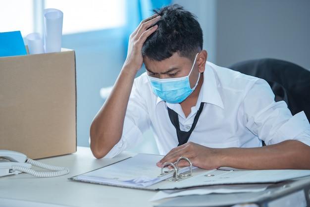 Безработный в кризисе вируса covid 19. деловой кризис был уволен из безработного. Premium Фотографии