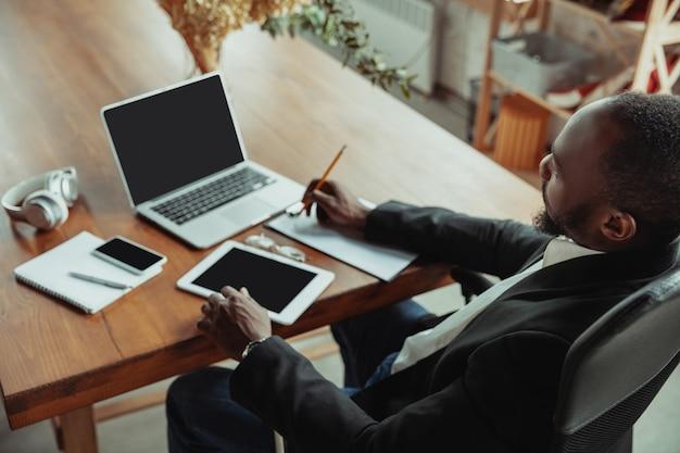 Бизнесмен или студент, работающий дома, находясь в изоляции или сохраняющий карантин от коронавируса covid-19 Бесплатные Фотографии