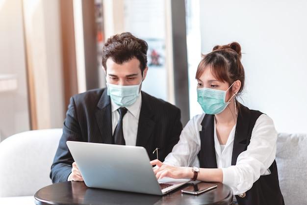 大気汚染、環境意識、コロナウイルスcovid-19の発生から保護するための保護マスクを身に着けているビジネスマンおよびビジネスウーマン。 Premium写真