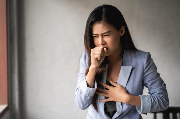 Covid-19 пандемический коронавирус, у азиатской женщины простуда и симптомы кашля, лихорадки, головной боли и болей Premium Фотографии