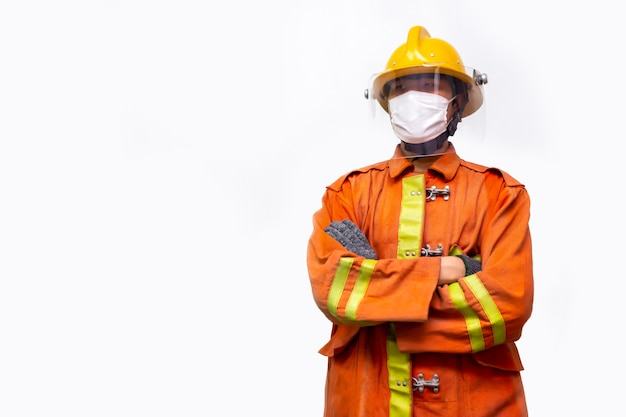 消防士の救助、消防士立っている肖像画は、白い背景に分離されたコロナウイルス(covid-19)パンデミックを防ぐために防護マスクを着用します。 Premium写真