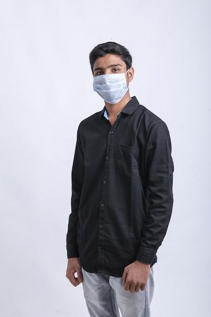 少年は再び防護マスクを着てcovid-19。コロナウイルス。 Premium写真