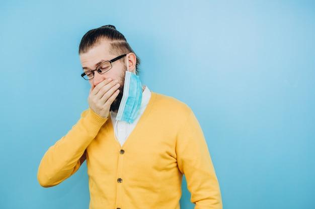Парень с симптомами грит. мужчина с кашлем, головной болью, лихорадкой. симптомы коронавируса. covid 2019 эпидемия Premium Фотографии