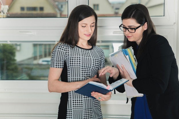 Coworkers discussing job issues Free Photo