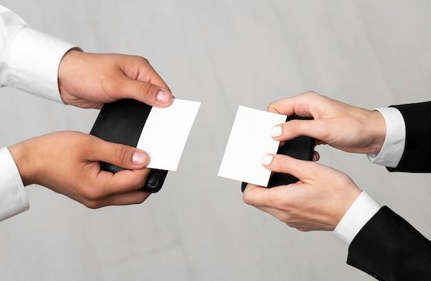 Коллеги показывают визитки с копией пространства Бесплатные Фотографии