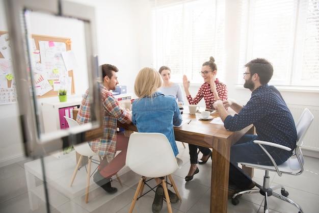 Collaboratori che lavorano in team. concetto di brainstorming Foto Gratuite