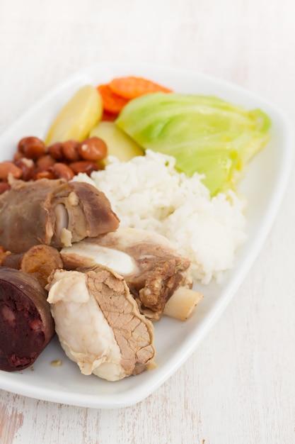 典型的なポルトガル料理cozido a portuguesa Premium写真