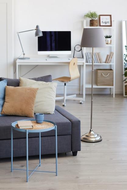 Уютный интерьер квартиры в минималистичном скандинавском дизайне с акцентом на элементы декора Premium Фотографии