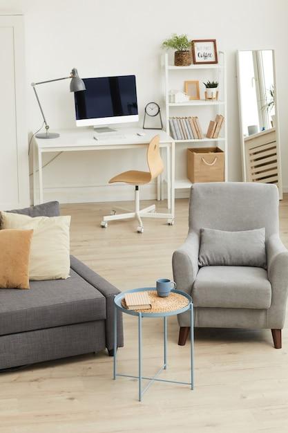Уютный интерьер квартиры в современном доме с акцентом на серую мебель для гостиной Premium Фотографии