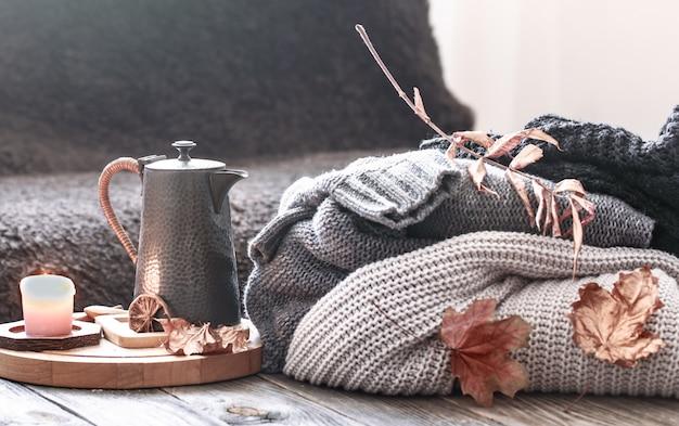 ベッドのある静物シーンで居心地の良い秋の朝の朝食。ホットコーヒーのカップを蒸し、窓の近くに立っているお茶。秋。 無料写真