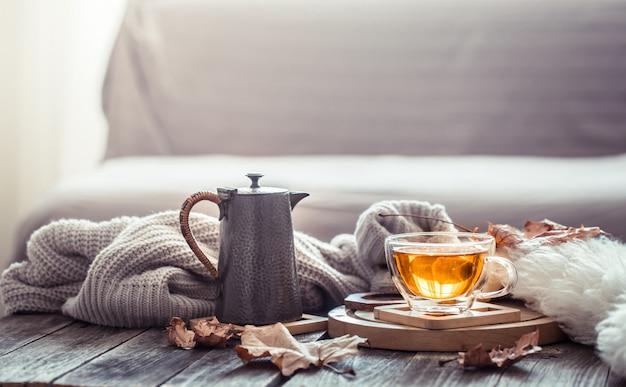 차 한잔과 함께 아늑한 가을 정 무료 사진