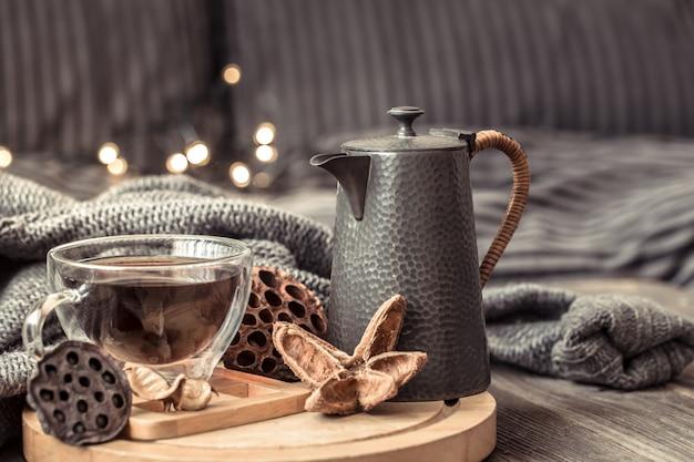 一杯のお茶で居心地の良い秋の静物。 無料写真