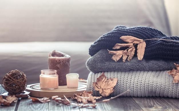 キャンドルとセーターのある居心地の良い秋の静物 無料写真